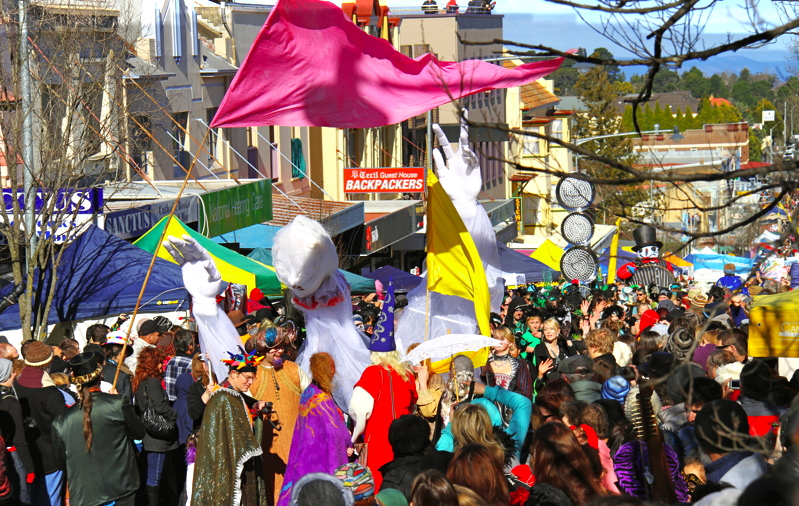 A Winter Magic parade snakes its way up Katoomba Street. (Pic: Brad Bridger/Winter Magic Festival.)